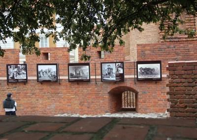 Фотографии на стенах Старого города